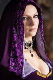 Sexig kvinna i lila huv Royaltyfri Foto