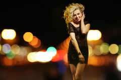 Sexig kvinna i nattstaden Royaltyfri Foto