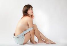 Sexig kvinna i overaller arkivbilder