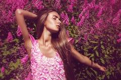 Sexig kvinna i rosa färgklänning med rosa blommor Royaltyfri Bild