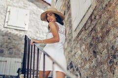 Sexig kvinna i sommar royaltyfria bilder
