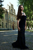 Sexig kvinna i svart klänning och halsband royaltyfri foto