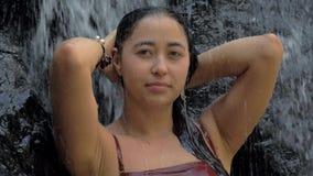 Sexig kvinna i tropiskt paradisanseende under vattenfallet som tycker om hennes semester p? att f?rbluffa vattenfallet p? tropisk stock video