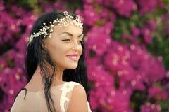 sexig kvinna Lycklig kvinna med smyckentiaran i brunetthår Royaltyfri Bild