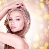 Sexig kvinna med blåa ögon och långt lockigt hår Royaltyfri Fotografi