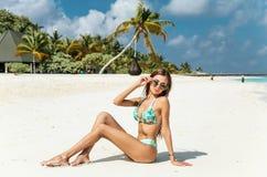 Sexig kvinna med den perfekta kroppen i lyxigt koppla av för baddräkt Arkivfoton
