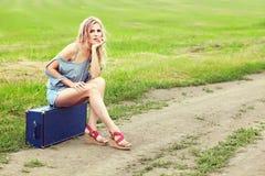 Sexig kvinna med en resväska Royaltyfria Foton