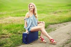 Sexig kvinna med en resväska Arkivbild