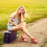 Sexig kvinna med en resväska Royaltyfri Fotografi