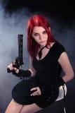 Sexig kvinna med ett vapen Fotografering för Bildbyråer
