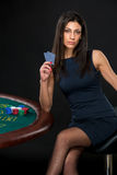 Sexig kvinna med pokerkort och chiper Arkivbild