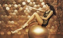 Sexig kvinna på en stor boll Arkivbild