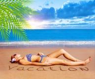Sexig kvinna på stranden Arkivbild