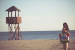 Sexig kvinna på strandsemester med tillbehör Strandtillbehör Gå till semestern för sandig strand Stil för sommarstrandmode Arkivfoto