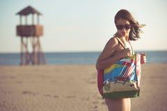 Sexig kvinna på strandsemester med tillbehör Strandtillbehör Gå till semestern för sandig strand Stil för sommarstrandmode Arkivbild