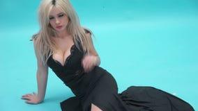 Sexig kvinna som bär den långa svarta klänningen arkivfilmer