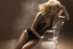 Sexig kvinna som bär sinnlig damunderkläder Arkivfoto