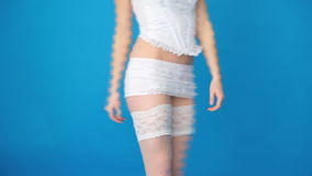 Sexig kvinna som går bärande strumpor lager videofilmer