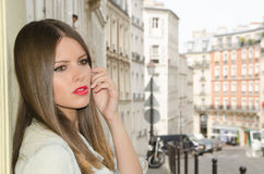 Sexig kvinna som går Paris med jeanomslaget Royaltyfria Bilder