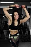 Sexig kvinna som gör övningar i idrottshall Royaltyfria Bilder