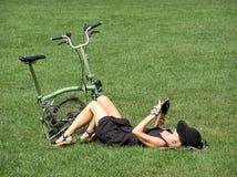 Sexig kvinna som kyler på gräs Arkivfoton