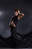 Sexig kvinna som poserar i en svart klänning Royaltyfria Bilder