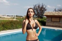 Sexig kvinna som poserar i simbassäng Arkivfoto