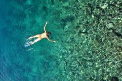 Sexig kvinna som snorklar i det tropiska havet Fotografering för Bildbyråer
