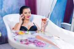 Sexig kvinna som talar på telefonen, medan ta ett bad Arkivfoto