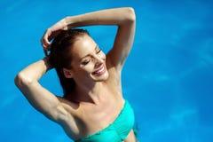Sexig kvinna som tycker om sommar i pöl royaltyfria foton