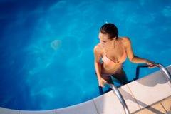 Sexig kvinna som tycker om sommar i pöl arkivbild