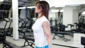 Sexig kvinnabanhoppning med ett rep i idrottshallen lager videofilmer