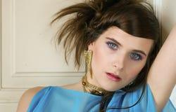 Sexig kvinnastående med långt brunt hår Arkivfoton