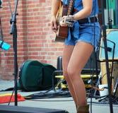 Sexig kvinnlig gitarrist royaltyfri bild