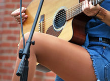 Sexig kvinnlig gitarrist arkivfoto