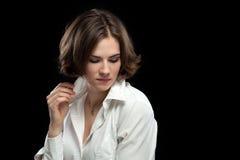 Sexig kvinnlig modell White Shirt Playing med kragen royaltyfria foton