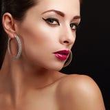 Sexig kvinnlig modellframsida closeup ljus makeup Arkivbild