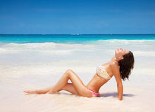 Sexig kvinnlig på stranden Royaltyfri Fotografi
