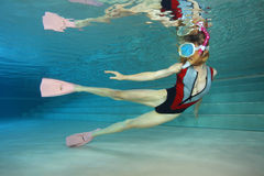 Sexig kvinnlig snorkeler Arkivbild