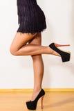 Sexig lång woman& x27; skor för s-ben och för hög häl Arkivbild