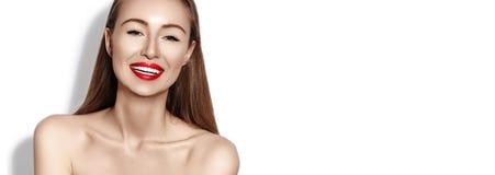 Sexig le kvinna med röda kanter för glamour, ljus makeup, rengöringhud Leende med vita tänder lycklig modeflicka arkivbilder
