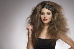 Sexig lockig brunettflicka Royaltyfria Foton