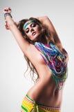 Sexig magdansös i färgglad lång nacklace Arkivfoton