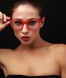 Sexig makeupkvinna i röda ögonexponeringsglas Arkivfoto