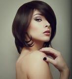 Sexig makeupkvinna. Svart stil för kort hår Fotografering för Bildbyråer