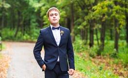 Sexig man, i att posera för smoking och för fluga fotografering för bildbyråer
