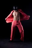 Sexig man i röd dräkt Arkivfoto