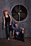 Sexig man och kvinna som gör en modefotofors i en yrkesmässig studio Arkivbild