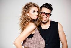 Sexig man och kvinna som ser kalla och innegrej Arkivfoto