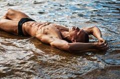 Sexig man på stranden Arkivfoton